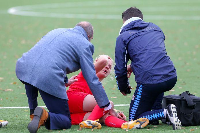 Elena Dhont of FC Twente schreeuwt het uit van de pijn.