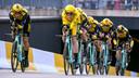 De volgende dag: Mike Teunissen in het geel in de ploegentijdrit.