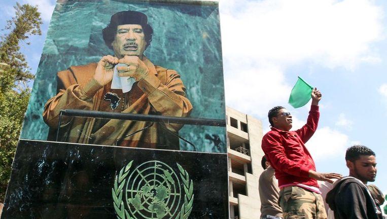 Boven en onder: pro-Kadhafi-protest voor een kantoor van de Verenigde Naties in Tripoli. Beeld epa