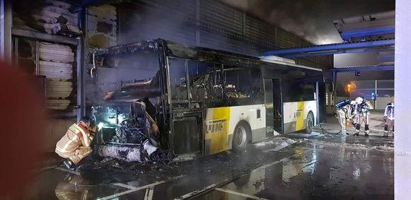 Het achterste gedeelte van de bus - waar ook de motor zit - brandde helemaal uit.