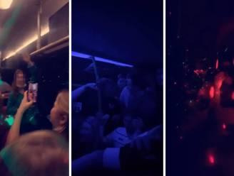 Tientallen Nederlandse studenten zonder mondmasker feesten en zingen op partybus