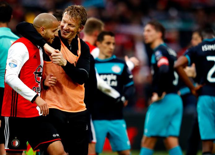 <br />Dirk Kuyt knuffelt na afloop van de winst op PSV Karim el Ahmadi<br />