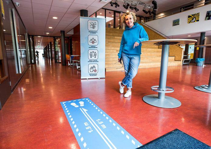 Rector Merlijn Verstraeten van Unic in haar school, die coronaproof is gemaakt door middel van banners en stickers met looprichtingen.
