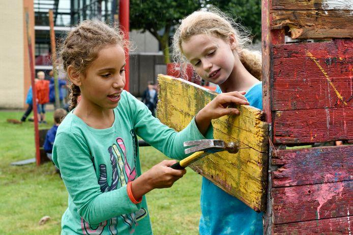 Hutten bouwen bij Jeugdland, op archiefbeeld. Door de recente versoepeling van de coronaregels mogen er deze zomer maximaal 250 kinderen meedoen aan een instuif.