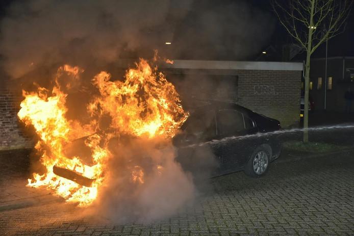 De auto vatte vlam aan de Lannerstraat in Tilburg.