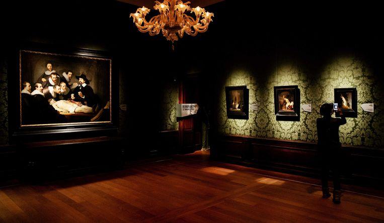 Medewerkers leggen de laatste hand aan Rembrandt-tentoonstelling in het Mauritshuis. Met de expositie trapt het Mauritshuis het themajaar Rembrandt en de Gouden Eeuw af. Beeld ANP