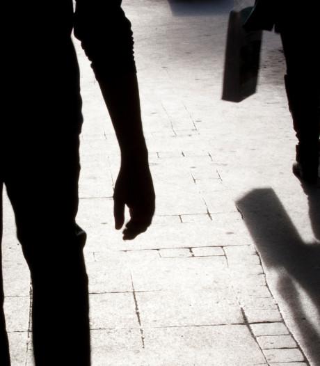 Man in elkaar geslagen en beroofd bij bushalte in Tilburg