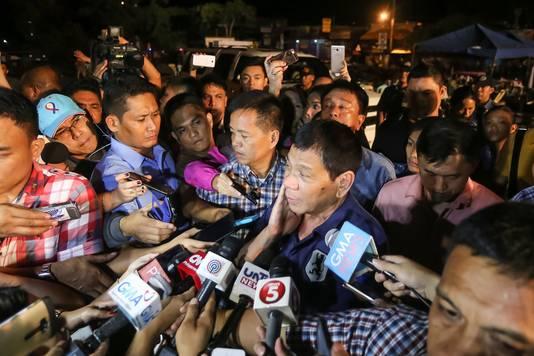 De Filipijnse president Rodrigo Duterte spreekt de media toe.