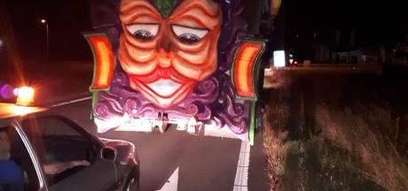 Metershoge carnavalswagen in slakkengang over A2: politie bij Hedel stuurt feestvierders van snelweg af