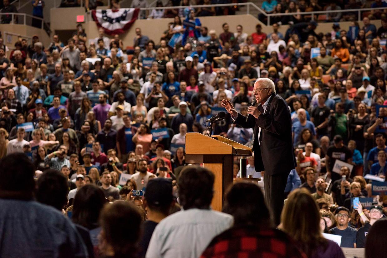 Bernie Sanders trekt een volle zaal kiezers tijdens een rally in Phoenix, Arizona. Beeld AFP