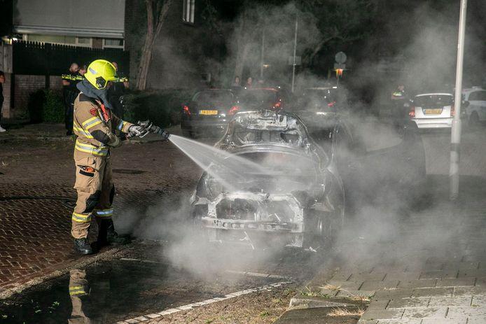 Aan de Lacomblestraat in de Arnhemse wijk Presikhaaf is wederom een auto in brand gestoken.