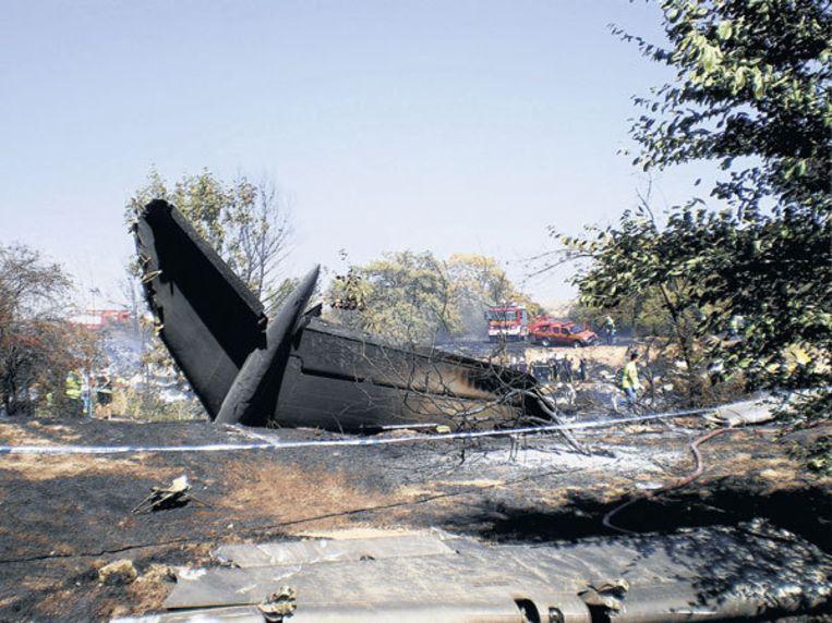 Het uitgebrande toestel vanochtend op het vliegveld van Madrid. 153 mensen kwamen om. De ramp is het ernstigste vliegtuigongeluk in Spanje sinds 1983, toen een Boeing 747 neerstortte bij de landing in Madrid. Foto EPA Beeld