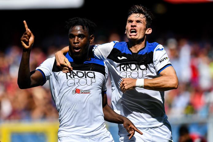 Marten de Roon juicht met Duván Zapata na diens late winnende goal tegen Genoa afgelopen zondag.
