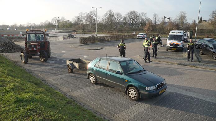 Politiecontrole op de parkeerplaats bij De Scheg in Deventer.