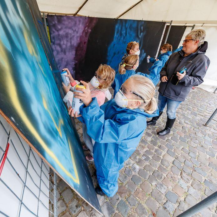 Graffiti Jam in een tent op de Markt: jeugd onder begeleiding van professionals met graffiti aan de slag. Het is een van evenementen om publiek te trekken naar centrum, dat door graafwerk haven en herinrichting Markt grotendeels op de schop ligt.