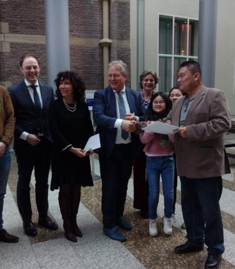 Tilburger Salam biedt 'hoofddoekjespetitie' aan aan Tweede Kamer