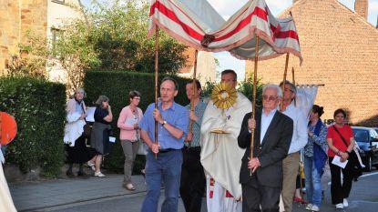 FOTO: Sacramentsprocessie gaat uit in Halle. Ook al zijn de zusters nu begijnen geworden