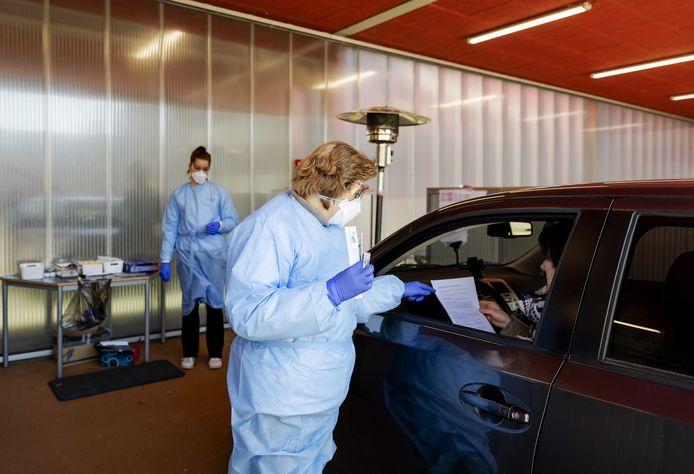 Op meerdere plekken in Nederland worden al mensen in hun auto getest op corona, in Twente is sinds woensdag ook zo'n drive-in geopend voor zorgmedewerkers.