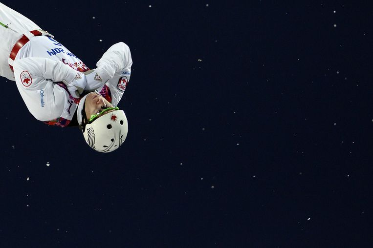 Travis Gerrits tijdens een sprong bij de aerials Beeld afp