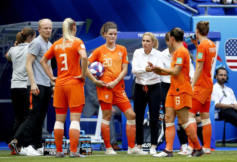 Sarina Wiegman geeft instructies tijdens de verloren WK-finale in Lyon vorig jaar. Beeld ANP