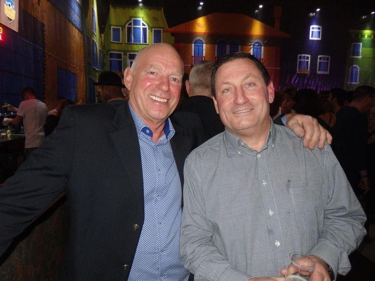 Twee mannen van het bouwteam. Joop Haenen, de vader van Fenje, en hoofdsponsor Peter van der Kuil (r). Zodra er iets getimmerd moet worden, zijn ze erbij Beeld Schuim