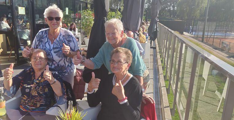 Martha, Ria, Godelieve (niet op foto), Elvier en Josefien duimen voor de comeback van Kim Clijsters.