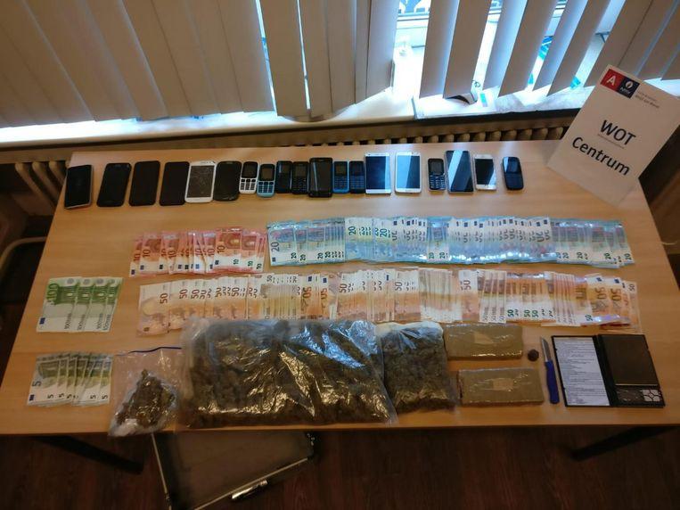 Naast 1 kilogram heroïne, een halve kilogram marihuana en cash geld werden ook nog 19 gsm's en voor 15.000 euro aan luxekledij in beslag genomen.
