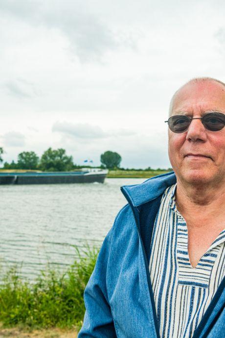 Schipper Wim (73) strooit de as van zijn overleden zoon in het water van de Rijn: 'Dat had hij zo gewild'