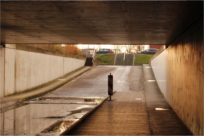 De route naar het JBZ is nauwelijks te doen voor voetgangers, rollators en mensen op de fiets. Het tunneltje is niet begaanbaar voor mensen die slecht ter been zijn, door de trappen.