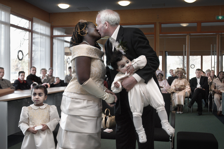 De Nigeriaanse Esther Uhunamure en melkveehouder Wietse van der Zwaag trouwen in 2004 op het gemeentehuis van Kollummerzwaag. Uhunamure, die al jaren met Van der Zwaag en hun twee kinderen in het Friese dorp woonde, had kort voor de bruiloft een verblijfsvergunning gekregen.