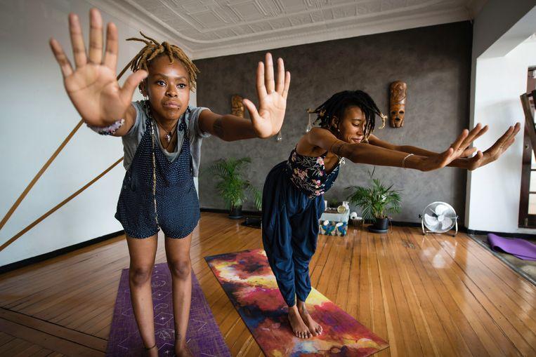 Banesa Tseki en Anesu Mbizvo in hun yogalokaal. 'Wat is er nou westers aan bewegen, dansen, ademhalingsoefeningen en spiritualiteit?'  Beeld Bram Lammers