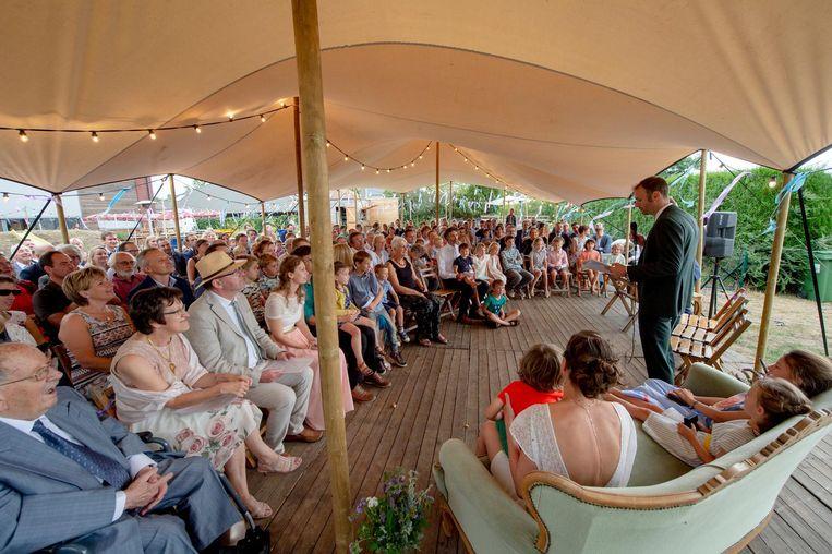 De bruidegom speecht voor de aanwezigen.
