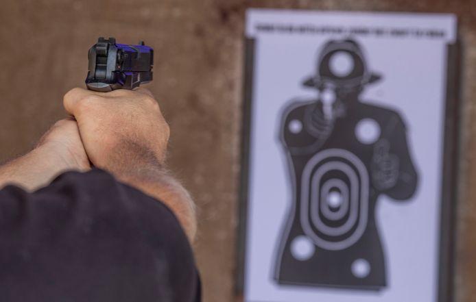 Bij de Special Forces-tent op Park Hilaria in Eindhoven  kun je met airsoft-pistolen schieten op menselijke silhouetten.