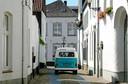 Een kampeerbusje in de straatjes van het witte dorp Thorn in Limburg.