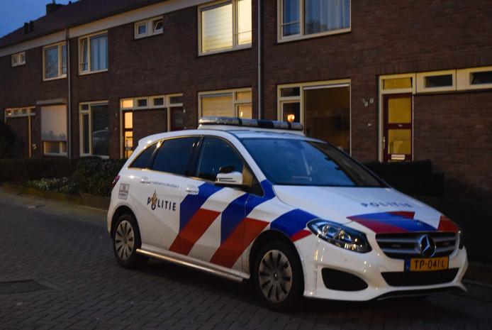 Politie bij de woning in Doetinchem waar een bewoonster werd gestoken.