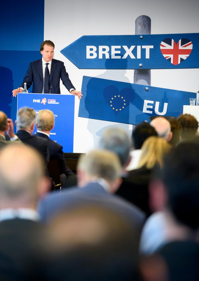 VDL-topman Willem van der Leegte op een seminar over de brexit. De brexit-datum van 29 maart 2019 komt met rasse schreden naderbij. Ondertussen is er enorm veel onzekerheid onder ondernemers. De technologische industrie heeft nog altijd niet goed in beeld welke risico's ze lopen.