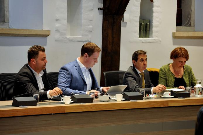 De fractie van D66 in de Dordtse gemeenteraad. Links Osman Bosuguy en tweede van rechts Ahmet Polat.