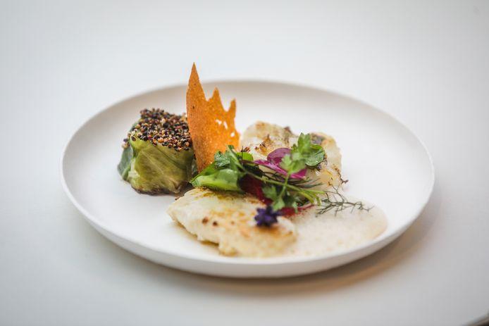 Brugge kookeet: Patrick Devos: vis van het jaar wijting, spitskool, gepofte quinoa, kruidensla, karnemelksaus: de passie die Patrick als ouwe rot in het vak nog dagelijks in zijn keuken laat oplaaien, vertaalt zich in een topgerecht, met zeer gevarieerde smaken. Een topper die U niet aan Uw neus mag zien voorbijgaan. Zelfs zij die wat sceptisch staan tegenover een visgerechtje zullen aangenaam verrast worden