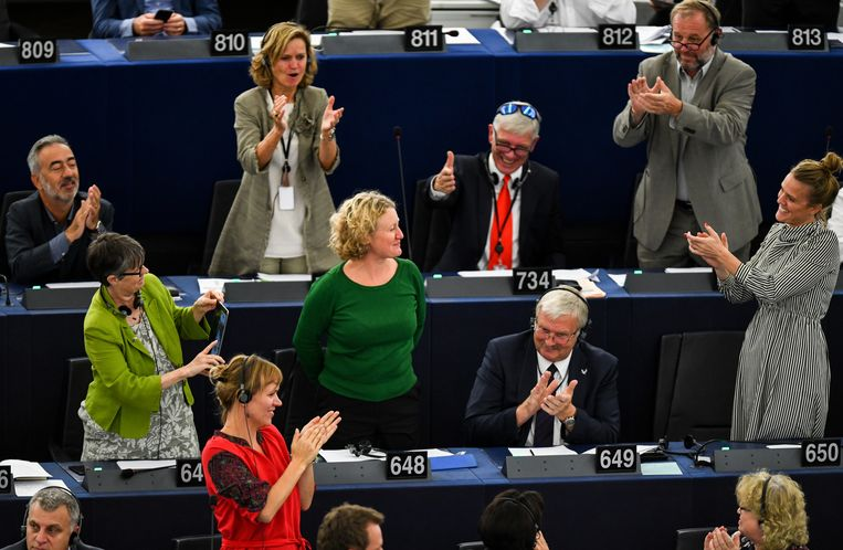 Leden van het Europees Parlement klappen na de stemming voor Judith Sargentini (GroenLinks) die onderzoek deed naar de situatie in Hongarije. Beeld EPA