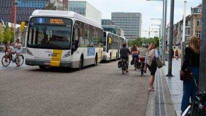 Wagen rijdt lijnbus aan