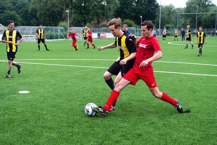 De bal wordt weer afgesnoept van Jonas Van Geel.