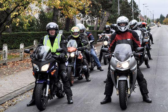 De motorrijders vertrekken vanop het dorpsplein van Moerzeke voor een tocht van 185 kilometer.
