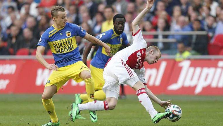 Ajax-speler Klaassen en Ritzmaier van Cambuur, afgelopen weekend. Beeld anp