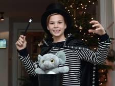 Clint (9) uit Etten-Leur als goochelaar op het podium bij kerstshow attractiepark Toverland