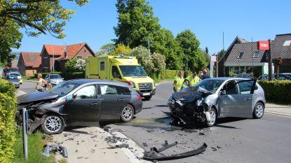 Twee ongevallen op een namiddag in Erpe-Mere: verschillende auto's beschadigd, twee gewonden