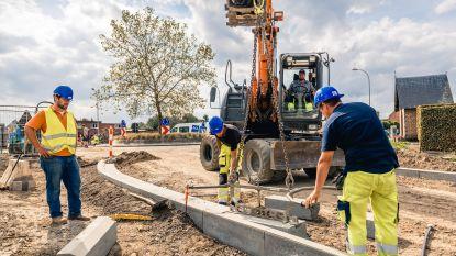 """Vlaamse wegenwerkers vragen respect voor hun hard labeur: """"Eén vriendelijke reactie kan een hele week goedmaken"""""""