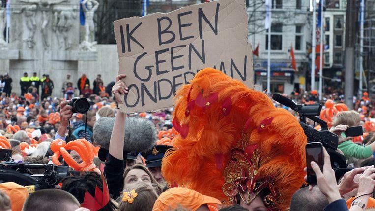 Op de Dam voert de politie de activistische studente Joanna van der Hoek af. Beeld anp