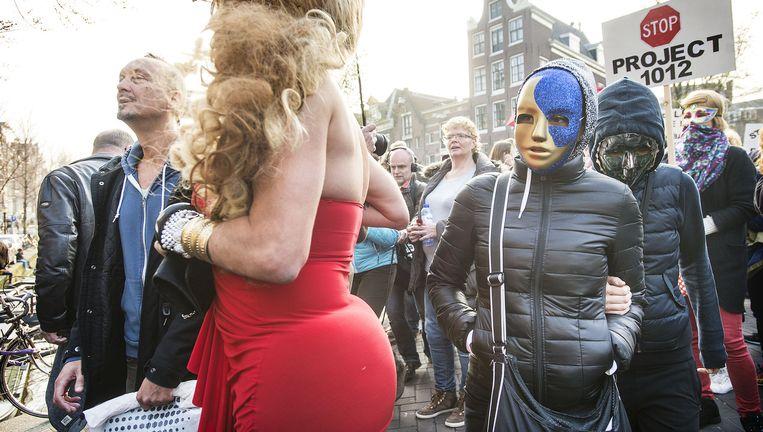 Een paar honderd prostituees en sympathisanten demonstreren donderdagavond in Amsterdam. Beeld Guus Dubbelman / de Volkskrant