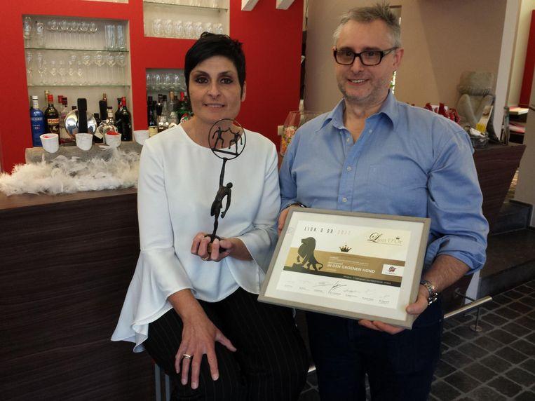 Sandy en Yves van Bistro Alain met hun onderscheiding.