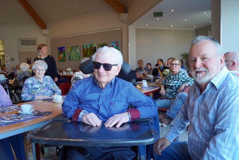 Maurice Minne viert samen met familie, vrienden en bewoners van wzc Deken Darras zijn 100ste verjaardag. Rechts van Maurice zit zijn zoon Walter.